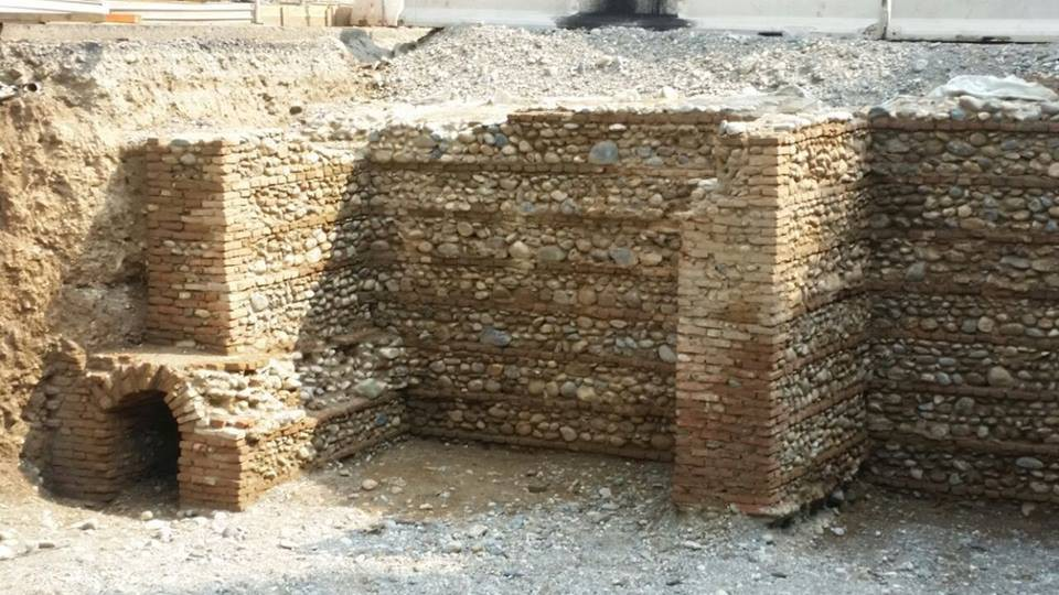 Altro particolare delle mura                   interrate della cittadella.